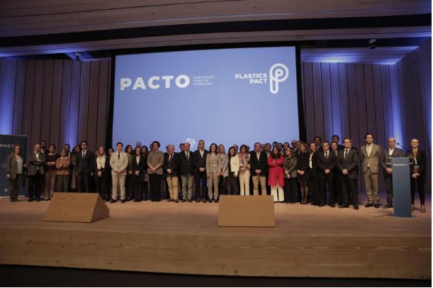 AVE – integra o grupo de membros fundadores do Pacto Português para os Plásticos.